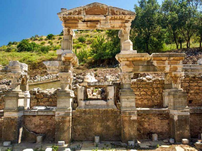 In Efeze staat fontein van Trajanus
