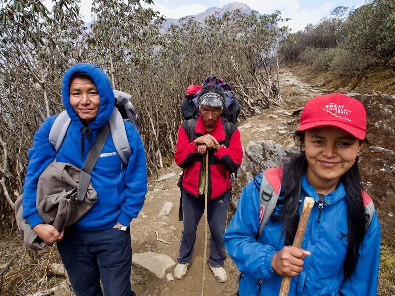 Himalaya trekking ontmoet gids bergen