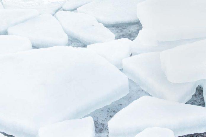 lapland finland springen in ijsmeer